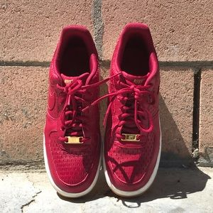 Nike AF1 '07 in noble red